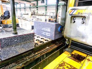 石材の研磨作業